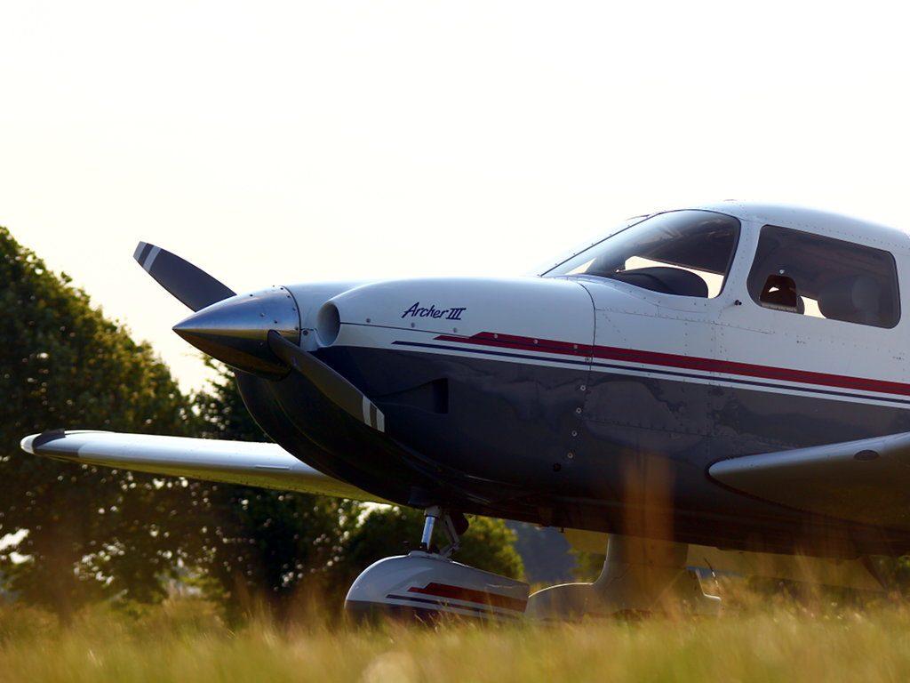 Flugzeug PA28 in der Abendsonne