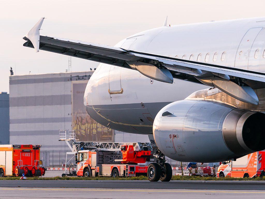 Flughafenfeuerwehr neben Airliner A321