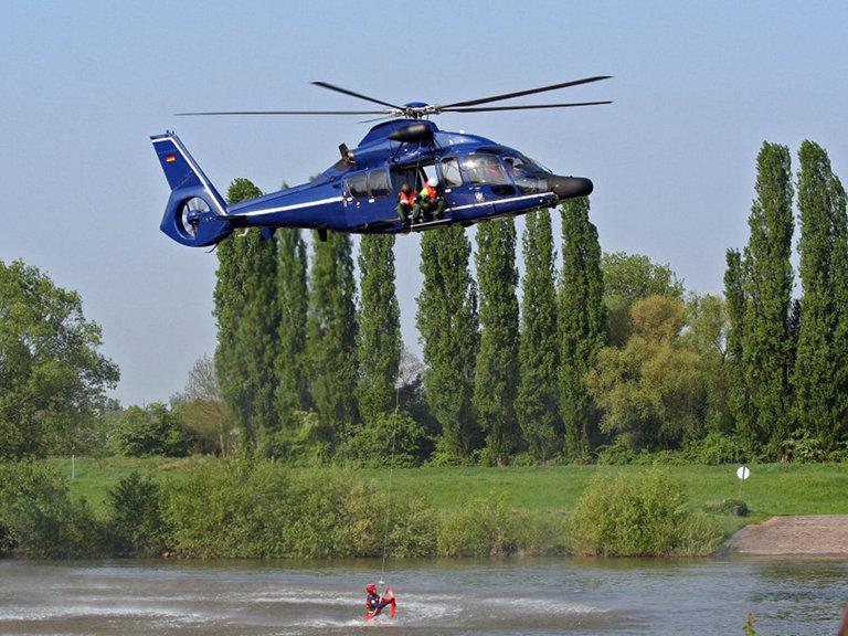 Hubschrauber EC155 bei der Wasserrettung