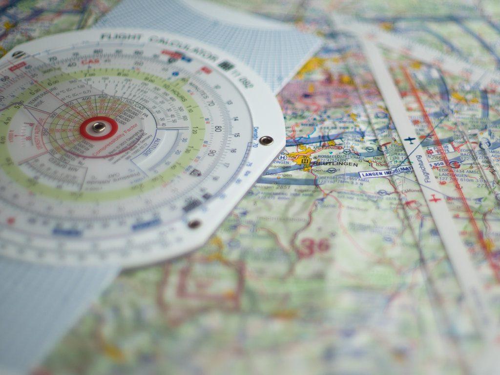 Navigationsbesteck auf Luftfahrtkarte